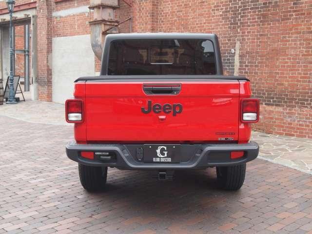 レッドボディにブラックのJeepロゴが良いアクセントになっております。