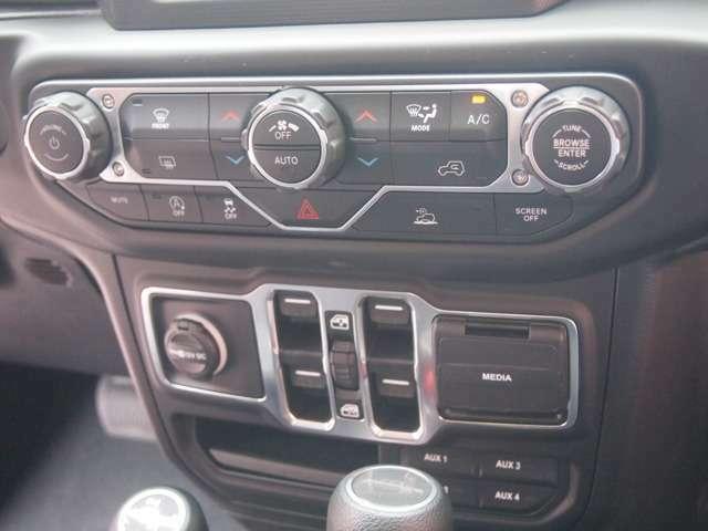 車輌のセンター部分にスイッチ類は集約され操作性が良くなっております。