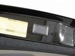 スイッチ操作でトランクリッドの自動開閉が行えます。電子キー本体のワイヤレス機能や運転席のスイッチからでもオープン操作が可能です!高級車ならではの快適装備です!!