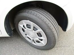 ホイールキャップ【175/60R15 ラジアルタイヤ】。運転ラクラクの足回り。タイヤの溝も、まだまだ!くわしくはスタッフへ。