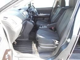 フロントシートはゆったり座れるサイズにしたうえで、シートバックと座面には振動吸収ウレタンを採用。シート全体で包み込まれるような心地よいフィット感を実現しています。
