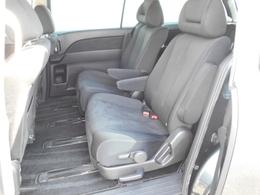 後席シートは、長時間乗車しても疲れにくい人間工学に基づいた着座姿勢を基本に設計。膝から前席シートバックまでの空間や、足が入る前席下の空間を大きく取り、ゆったりと足を伸ばせるスペースを確保しています。