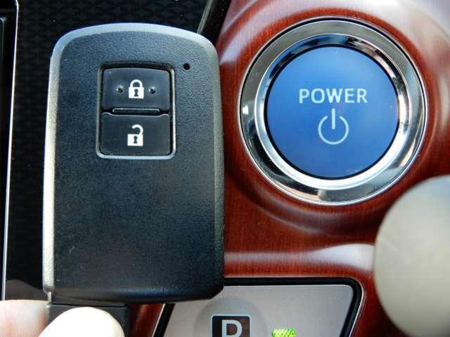 カバンやポケットにキーを入れたままエンジンスタート&ストップやドアロックの開閉ができるスマートキー。エンジンスタート&ストップは指一本のプッシュスタート式。エンジンイモビライザー(盗難防止装置)付き!