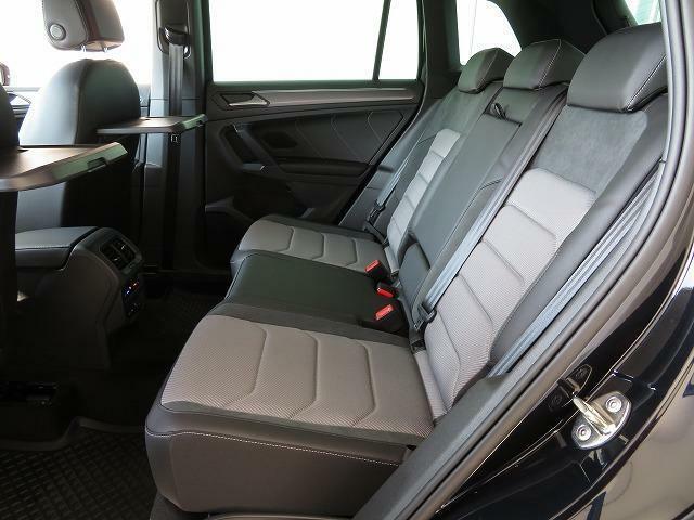 スライド機能が備わっており、左右にはシートヒーターが搭載されるなど、大人が3人快適に過ごせるゆとりの広さと装備の後席です。