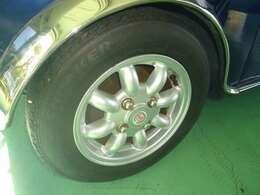 純正アルミホイールです。タイヤの山はまだまだ使えると思います。