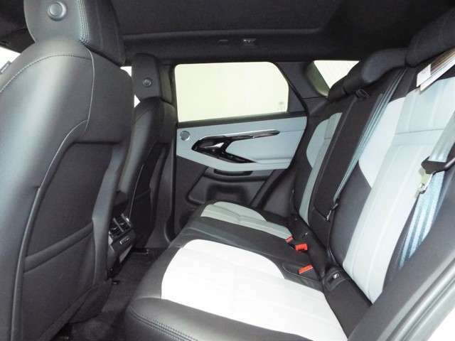 後席も十分な広さえお確保し、大人がしっかり乗っていただける広さとなっております。