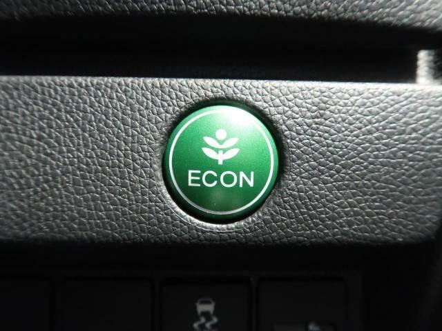 """☆ECOスイッチ☆セレクターレバーの横にある""""ECOスイッチを押すとバルブタイミングや点火位置の制御など省燃費モードで走行してくれ、メーター内に表示されます。"""