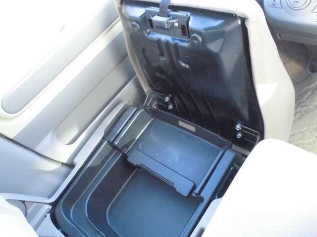 助手席シート下収納BOX