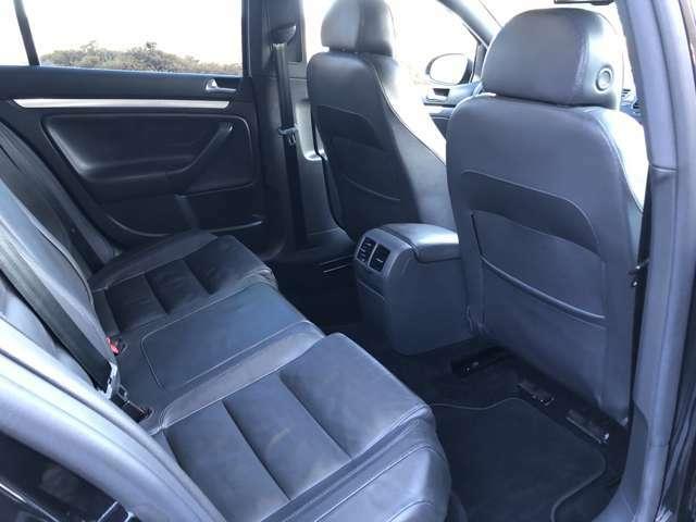 後部座席です♪使用感も無くキレイな状態を保っているリアシートです♪後部座席用にエアコンの吹き出し口もあるので夏の暑さも冬の寒さも快適に過ごせます♪さらに後部座席用にドリンクホルダーあるのでみんなで乾杯