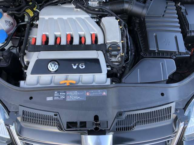 V6・3.2リッターエンジン搭載♪R32の魅力の一つにマフラーから奏でる快音にあります♪キレイなエンジンです♪とても手入れの届いたエンジンルームです♪☆安心ですね♪
