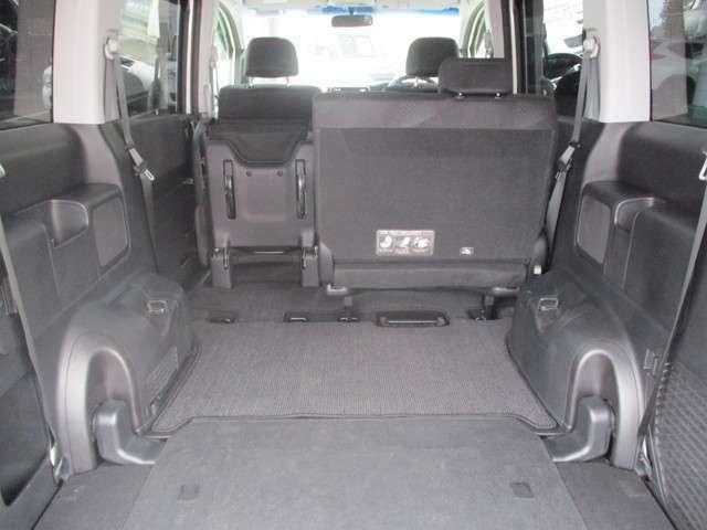 サードシートを床下収納して、セカンドシートをたためば大きな荷室が広がります。