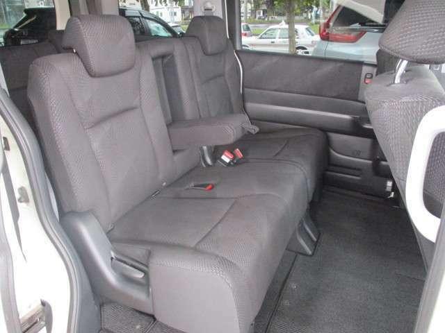 セカンドシートは足元広々でゆったりできるベンチシートです。