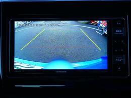 駐車する時も安心のバックモニター装備。バック時は、モニターに目安となるガイドラインも表示されます。