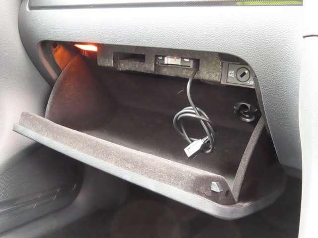 グローブボックスは前方向に深さがあり、ランプも付いていて使いやすいですね!ナビのUSB端子はこちらにあります。