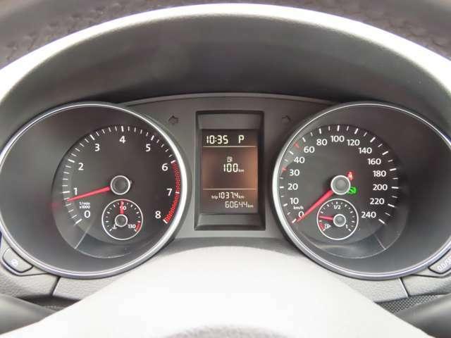 シックなデザインの二眼タイプのメーター、走行距離は60,644km!