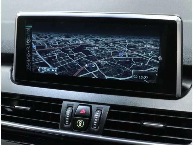 視認性に優れた8.8インチの高解像度ワイドコントロールディスプレイのiDriveHDDナビは2020年度版に更新済み。指による文字入力や、地図の拡大&縮小が可能なタッチパッド付きiDriveコントローラーを採用。