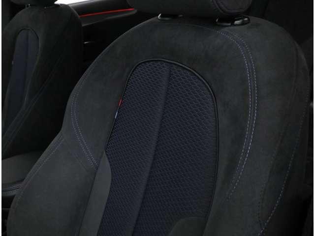 大型のサイドサポートを特徴とするMスポーツ専用アルカンターラコンビシート。着座位置がやや高めなセミコマンドシートポジションにより、乗降性に優れ、良好な視界を確保できるため、前方の確認が容易です。