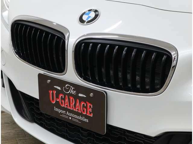 キドニーグリルは、フロントフェイスの印象を大きく変えるクロームライン入り。BMW特有のやや前傾したキドニーグリルにより、遠くからでも、ひと目でBMWモデルであることが分かるデザイン。