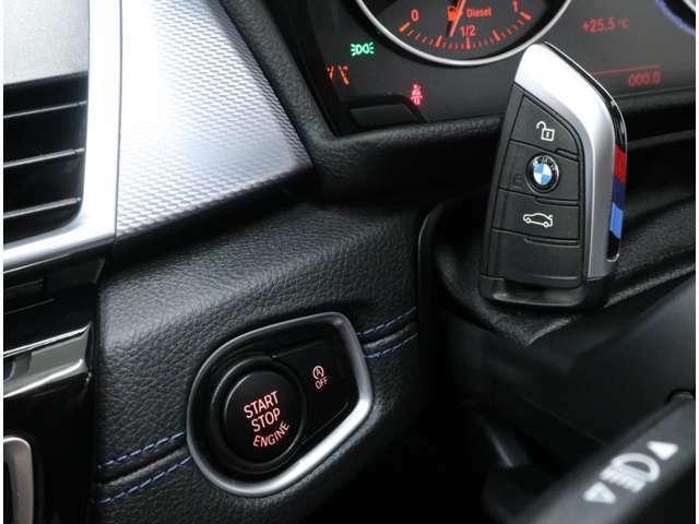 キーを所持していれば、ドアハンドルへのタッチ操作だけでドアを開錠&施錠、スタートボタンの操作だけでエンジン始動が可能な、BMWのスマートキーシステム「コンフォートアクセス」がオプション装備されています
