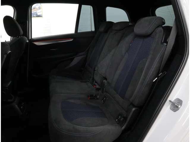 後席はひとクラス上のモデルに匹敵する広いひざ元空間を実現。さらに、リヤシートは前後に13cmのスライド調整式。用途に合わせて乗員または荷室の優先を調節することができます。