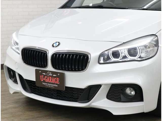 BMW特有のやや前傾したキドニーグリルと特徴的な4 灯式丸型のLEDヘッドライトにより、ひと目でBMWモデルであることが分かるデザイン。フェードイン点灯&フェードアウト消灯で存在感を強調します。