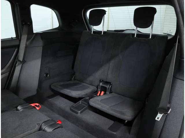 2列目シートは、レバー操作一つでバックレストを倒しシートを前方に移動させることにより、3列目シートへの容易なアクセスが可能。3列目シートは50:50に分割してラゲッジ・フロア下に収納することができます。