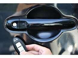 インテリジェントキー 「ポケットにカギを入れた状態でもドアノブのボタンを押せばロックが解除できます!またエンジンをかける時もカギを挿さずに摘みを回すだけで起動することが可能です。」