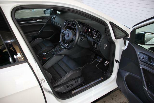 運転席/助手席はシートヒーターを装備。これからの季節に嬉しい装備です。