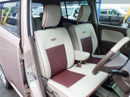 おしゃれなブラウン×ホワイトの革調シート表皮。車内に高級感をプラスします。