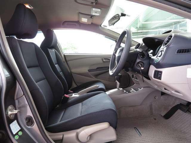 フロントシートは程よいホールド感がある座り心地の良いセパレートタイプ♪☆センターにはコンソール付きです♪