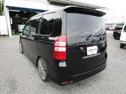 ノアのリヤビュー UV&プライバシーガラスで、車内の紫外線&プライバシーをシャットアウト