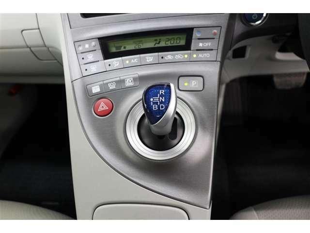 シフト操作を電子操作で送信できるシフト・バイ・ワイヤ技術の採用でドライバーがもっとも操作しやすい位置にシフトレバーを設定しています!シフトチェンジ後は自動的にホームポジションに戻ります。