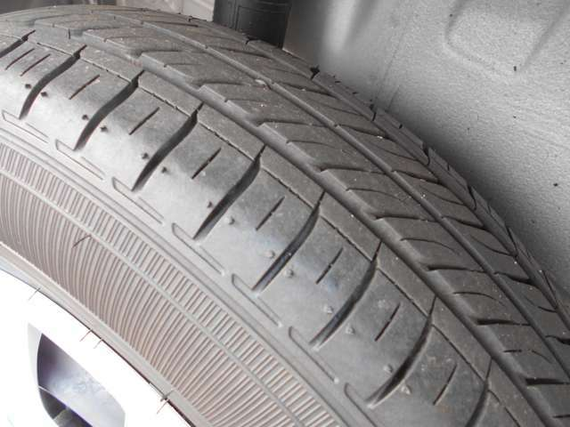 もちろんリヤタイヤの溝もチェックします!