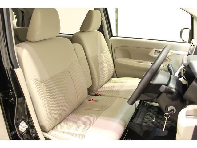 【運転席周り】シートのクリーニングを専用の薬剤を使ってしっかりと除菌と清掃を施してございます。また、厚みのあるシートでゆったりとした運転ができますよ。!