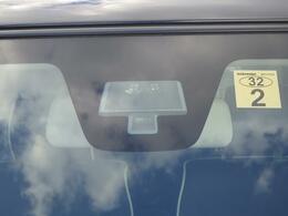 フロントガラスにはレーザーレーダーが渋滞時などの低速走行中に前方の車両を検知し衝突被害をサポートするレーダーブレーキサポートを採用!