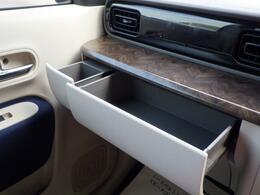 助手席前に引き出し式の収納があります。BOXティッシュを収納できます。