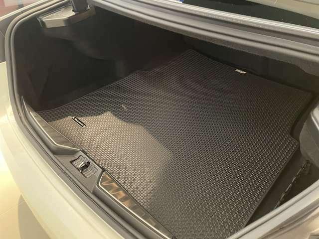 530L容量のトランクは電動で開閉可能 足で開閉のキックセンサーもオプション装備