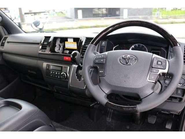 人気のブラック内装に特別仕様車専用ゴールドパネルやウッドを各所に使用し、高級感溢れる内装となっております☆