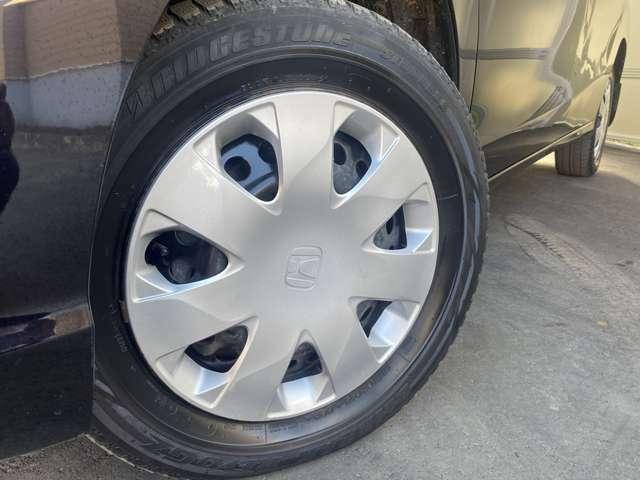 ホイルは15インチホイルになります。タイヤは夏冬セットでお付けしますので、余計な出費もかさまず安心です。タイヤサイズ185-65-15。