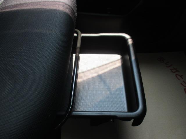 助手席下に収納スペースがございます☆
