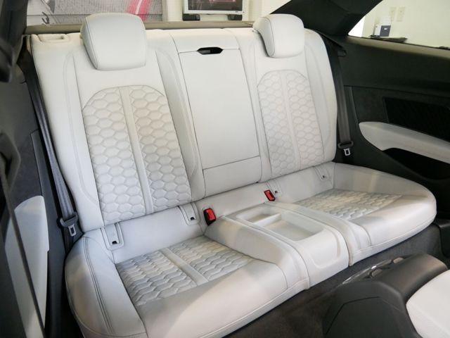 8Tモデルと比べて、後席は23mm拡大