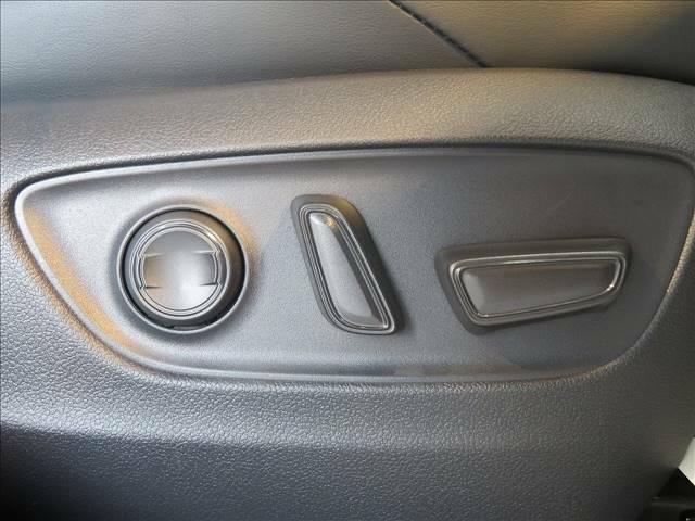細かなシートポジション設定が可能な、パワーシート装備
