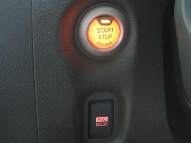 キーを出さずにドアロックの開閉からワンプッシュでエンジン始動まで出来るインテリジェントキー付きです