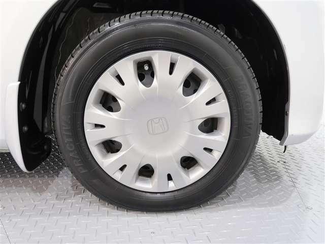 車のデザインに合ったホイールキャップ。タイヤサイズは175/65R14です。