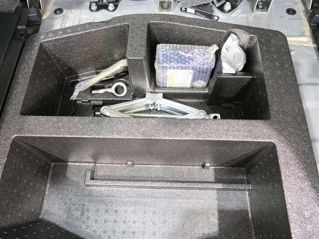 ラッゲージルーム床下に、パンク修理キットを搭載してます。