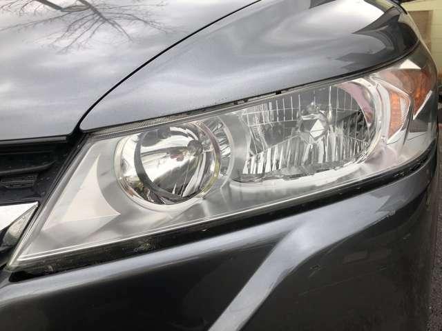 くもりの無いクリアな輝きのヘッドライトです♪装備しているHIDライトは通常のライトよりも2倍の明るさで道を照らし、寿命も長いので経済的です♪夜道や見通しの悪い場所でも安全ですね♪