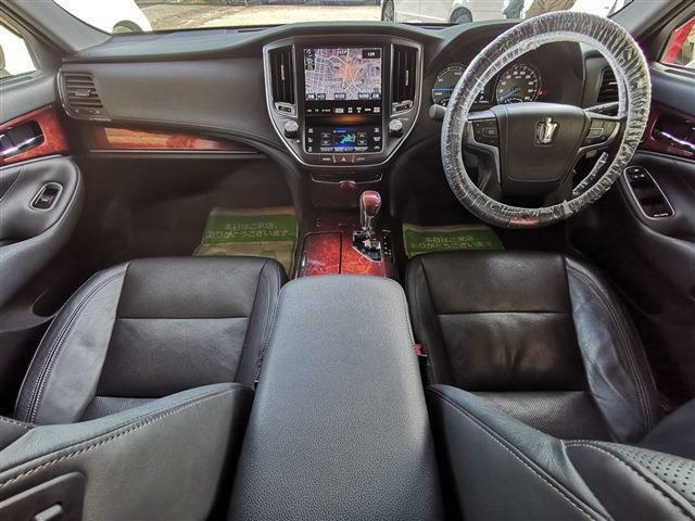 ブラックインテリア×ウッド調パネルで高級感に溢れた車内!優越感に浸れる一台です☆