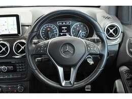 ◆ステアリングスイッチ付き。ナビに触らずハンドルで音量調整や切り替えができるので、走行中にとても便利です。