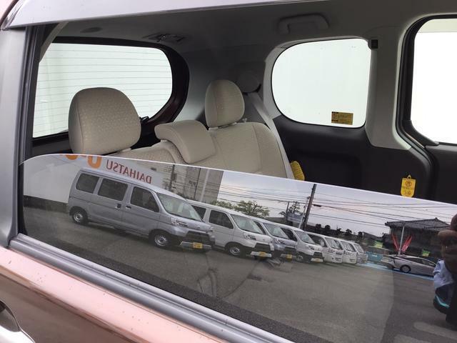 後部座席はプライバシーガラスとなっています。座っている人や置いてある荷物が見えにくくなっているので、プライバシーの確保が出来ます。是非見て確認してみて下さい。