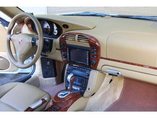 内装はサバンナベージュフルレザーインテリア、新車時メーカーオプションのシートヒーター&メモリー付パワーシート、パナソニックHDDナビ&ETC&GPSレーダー付です。禁煙車でとても綺麗な商品です。